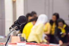 Microfono in scena con il fondo vago della sala per conferenze fotografia stock libera da diritti