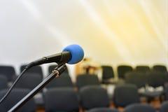 Microfono sopra il corridoio o il seminario vago dell'incontro di affari immagine stock libera da diritti