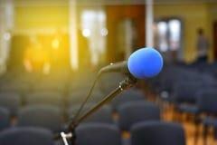 Microfono sopra il corridoio o il seminario vago dell'incontro di affari fotografia stock