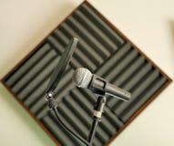 Microfono in studio di registrazione per musica, vocals, con il filtro da schiocco fotografia stock libera da diritti