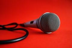 Microfono su colore rosso Fotografie Stock Libere da Diritti