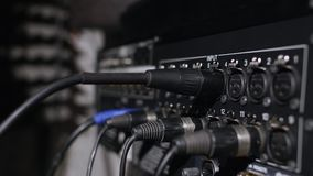 Microfono su un supporto situato in una cabina della registrazione dello studio di musica nell'ambito di luce scura Fotografia Stock
