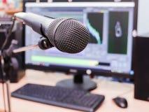 Microfono sui precedenti del monitor del computer Studio di registrazione domestico Primo piano Il fuoco nella priorità alta Fotografia Stock