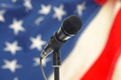 Microfono sul supporto con la bandiera di U.S.A. su fondo Fotografia Stock