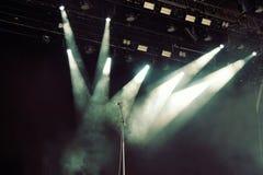 Microfono sulla fase scura vuota prima del concerto fotografia stock