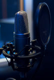 Microfono in uno studio di registrazione Immagine Stock Libera da Diritti