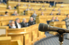 Microfoon bij conferentiezaal. Stock Foto's
