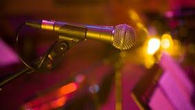 Microfoon in concertzaal stock videobeelden