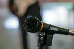 Microfoon in concertzaal Stock Afbeelding