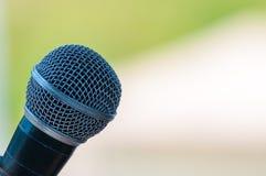 Microfoon in concertzaal of conferentieruimte Stock Fotografie