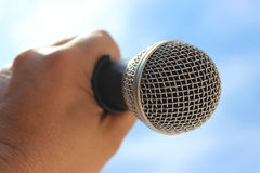 Microfoon in de hand, nadruk op net Stock Afbeelding