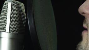 Microfoon in een opnamestudio stock videobeelden