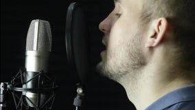 Microfoon in een opnamestudio stock video