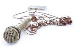 Microfoon en afgewikkelde band Stock Fotografie