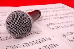 Microfoon en blad van muziek Stock Foto's