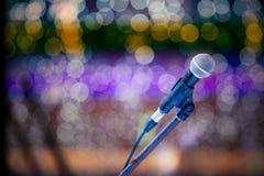 Microfoon en bokeh achtergrond Royalty-vrije Stock Afbeeldingen