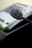 Microfoon en correcte mixer Royalty-vrije Stock Foto's