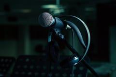Microfoon en hoofdtelefoons op tribune Royalty-vrije Stock Afbeeldingen