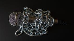 Microfoon en ketting De persvrijheid is concept in gevaar - het concept van de de vrijheidsdag van de Wereldpers stock foto