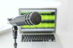 Microfoon en laptop stock afbeeldingen
