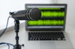 Microfoon en laptop stock afbeelding