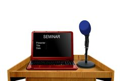 Microfoon en laptop op podium Stock Afbeelding