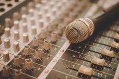 Microfoon en Mixermuziek van de Console de Elektronische correcte generator royalty-vrije stock foto