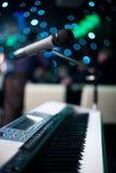 Microfoon en piano Stock Afbeeldingen