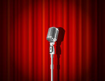 Microfoon en rood gordijn Stock Foto's