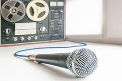 Microfoon en uitstekende bandrecorder stock foto