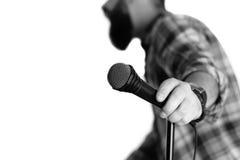 Microfoon geïsoleerde mensenhand Stock Afbeelding