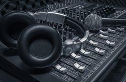 Microfoon, hoofdtelefoon, correcte mixerachtergrond Royalty-vrije Stock Fotografie
