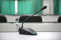 Microfoon in lege mitting ruimte Stock Fotografie