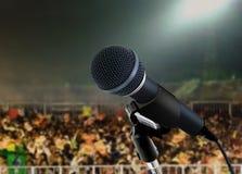 Microfoon levend in overleg Stock Fotografie