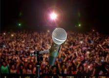 Microfoon Levend in Overleg met Schijnwerpers royalty-vrije stock afbeeldingen