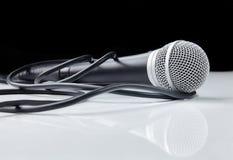 Microfoon met kabel met bezinning Stock Fotografie