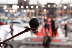 Microfoon in nadruk tegen vage achtergrond Royalty-vrije Stock Afbeelding