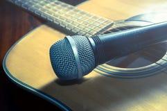 Microfoon op akoestische gitaar, gefiltreerde wijnoogst Royalty-vrije Stock Fotografie