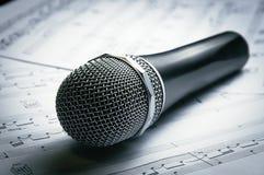 Microfoon op bladmuziek Royalty-vrije Stock Foto