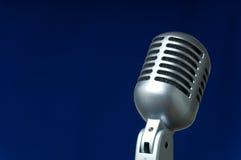 Microfoon op blauw Royalty-vrije Stock Foto's
