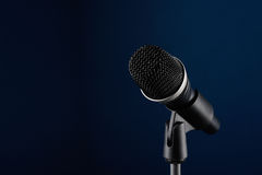 Microfoon op blauw Stock Foto's
