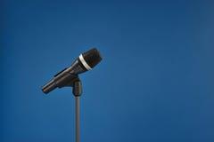 Microfoon op blauw Stock Afbeelding
