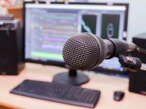 Microfoon op de achtergrond van de computermonitor De studio van de huisopname Close-up De nadruk in de voorgrond Stock Afbeelding