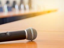 Microfoon op de lijst bij de vergaderzaal Stock Foto