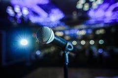 Microfoon op een stadium royalty-vrije stock afbeelding