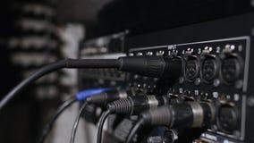 Microfoon op een tribune in een de opnamecabine van de muziekstudio onder rustig licht wordt gevestigd dat Stock Foto