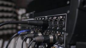 Microfoon op een tribune in een de opnamecabine van de muziekstudio onder rustig licht wordt gevestigd dat Stock Fotografie