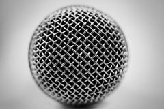 Microfoon op een witte achtergrond royalty-vrije stock afbeeldingen