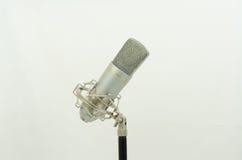 Microfoon op een zwarte tribune Royalty-vrije Stock Foto