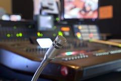 Microfoon op het controlebord Stock Afbeelding